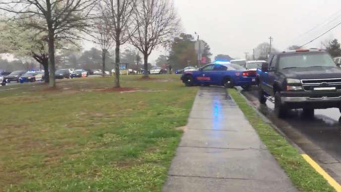 La police devant le lycée de Dalton, en Géorgie, après qu'un professeur a tiré dans sa salle de classe, le 28 février.