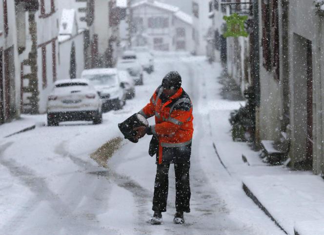 Un homme sale la chaussée àLaBastide-Clairence, dans les Pyrénées-Atlantiques, mercredi 28 février.