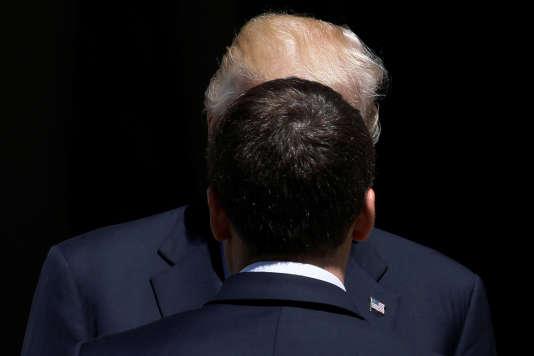 Le président américain, Donald Trump, et le président français, Emmanuel Macron, au sommet de l'OTAN, à Bruxelles, le 25 mai 2017.