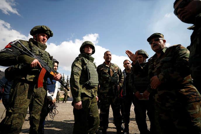 Des militaires russes et syriens, le 28 février dans l'est de la Ghouta.