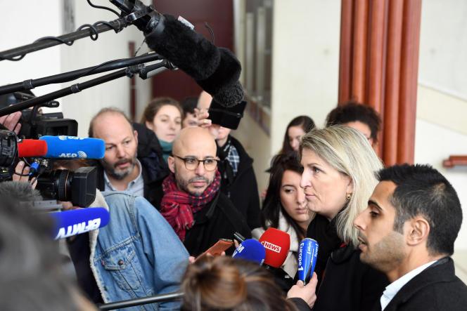 L'avocate du suspect, Me Sandrine Parise-Heideiger répond aux questions des journalistes, au tribunal de Pontoise, le 13février.