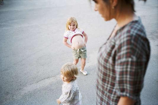 Photo extraite de la série « Caroline, histoire numéro deux », éditée en 2010 chez Filigranes. Le livre, composé d'images du quotidien de la femme et des filles du photographe réalisées à partir de 2000, se lit comme un album de famille.
