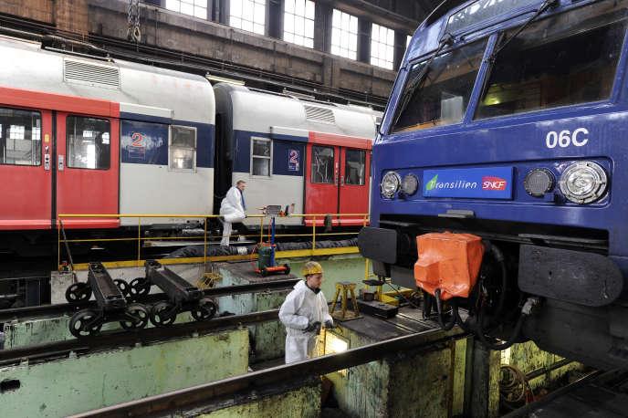 Des cheminots travaillent sur un train du réseau Transilien, le 15 décembre 2010, à Choisy-le-Roi.