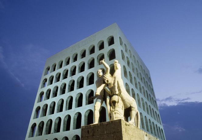 Le Palais de la civilisation italienne, à Rome, achevé en 1940, est désormais le siège de la maison de couture Fendi.