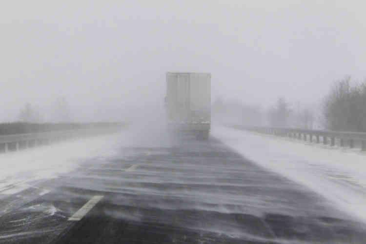 Une tempête de neige près de Letenye, à la frontière hongro-croate, en Hongrie, le mardi 27 février. Les autorités croates ont interdit aux camions d'entrer en Croatie depuis la Hongrie en raison de la neige.
