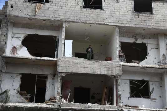 Un syrien au milieu des décombres dans la ville de Haza, en Ghouta orientale, le 27 février.