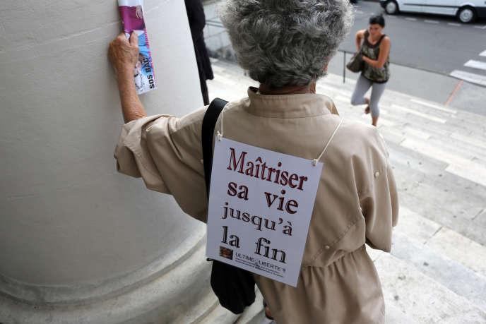 Une femme lors d'un manifestation pour l'euthanasie, à Pau, le 11 juin 2014.