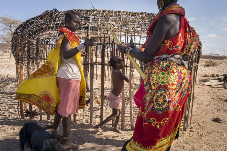 Des résidentes au travail sur une nouvelle construction dans le village de femmes de Mopukori,plus de 300 kilomètres au nord de Nairobi, en février 2018. Vingt-cinq ans après la fondation de cette communauté, des mères continuent d'arriver avec leurs enfants.
