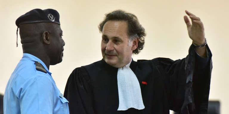 L'avocat français Pierre-Olivier Sur lors du procès des disparus du Novotel, à Yopougon, en Côte d'Ivoire, le 11avril 2017.
