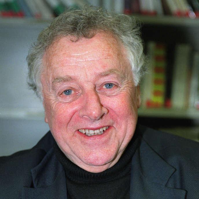 Portrait de l'historien Pierre Milza pris le 30 novembre 2002 à Sciences Po, à Paris.