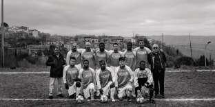 L'équipe de football de Ripabottoni s'entraîne deux fois par semaine. Ces soirs-là, les joueurs italiens font le tour des centres d'accueil de la province pour récupérer leurs coéquipiers.