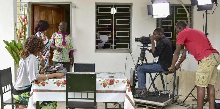 Sur le tournage de la série ivoirienne « Ma famille», à Abidjan, en août 2016.