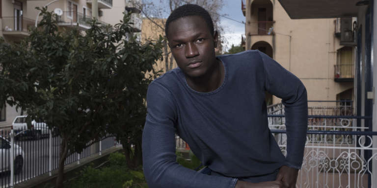 Le mannequin gambien Ismail Drammeh, à Termini Imerese, en Italie, en février 2018.