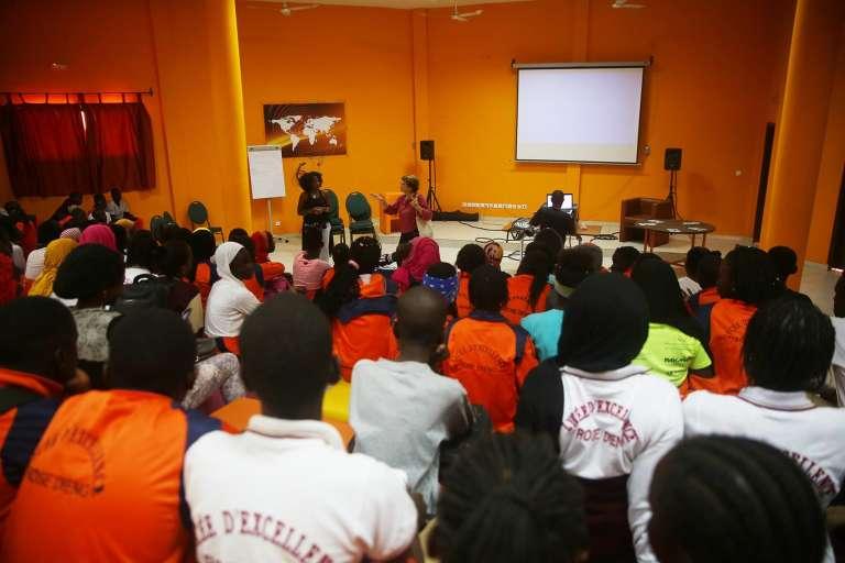 Projection dans le cadre du festival Films Femmes Afriques au lycée Rose-Dieng-Kluntz de Dakar, au Sénégal, en février 2018.