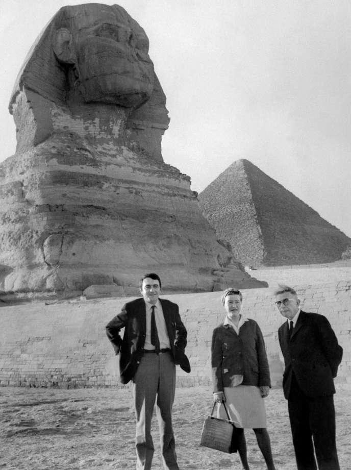 Jean-Paul Sartre, Simone de Beauvoir et Claude Lanzmann, le 4 mars 1967, à Gizeh, en Egypte.