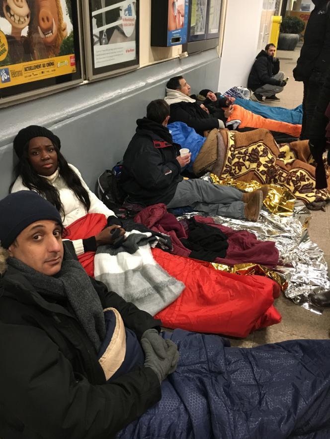 Allaoui Othmane, conseiller municipal LRM (95), Mama Sy, maire adjointe LR chargée de la jeunesse (91) et d'autres élus, ont passé la nuit du 28 février 2018 dehors, dans le cadre de l'opération #PersonneDehors pour alerter sur la situation des sans abris. A l'entrée de la gare d'Austerlitz à Paris.