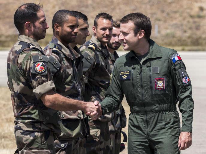 Le président Macron rencontre des soldats français lors d'une visite de la base aérienne d'Istres (Bouches-du-Rhône), en juillet 2017.