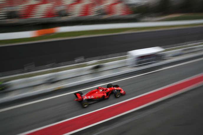 La Ferrari de Sebastian Vettel , lors d'une séance d'essais sur le circuit de Barcelone, en Catalogne, le 1er mars 2018.