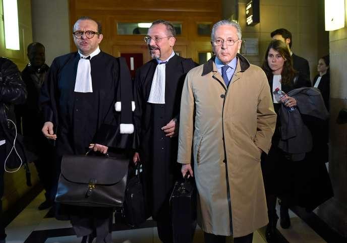 Le marchand d'art Guy Wildenstein (à droite) avec ses avocats Hervé Temime (à gauche) et Eric Dezeuze lors du procès au tribunal de Paris, en janvier 2017.