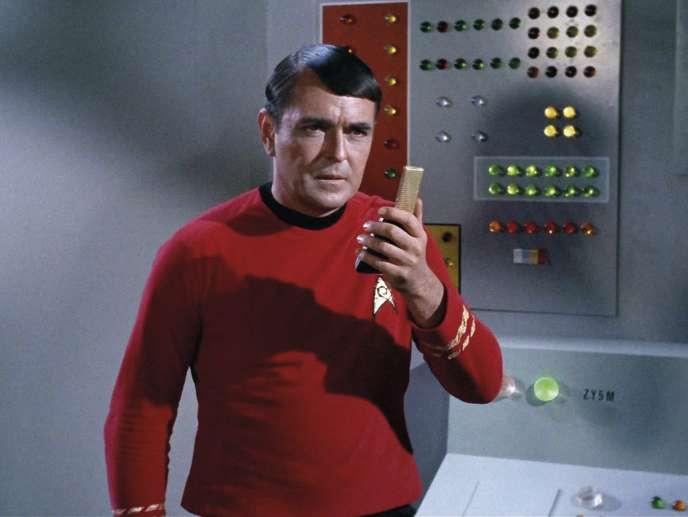 Montgomery «Scotty» Scott (James Doohan) avec sonCommunicatordans la série télé «Star Trek».