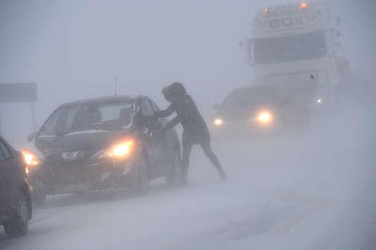 Une femme près de sa voiture, à Sjobo (Suède), le 27 février.