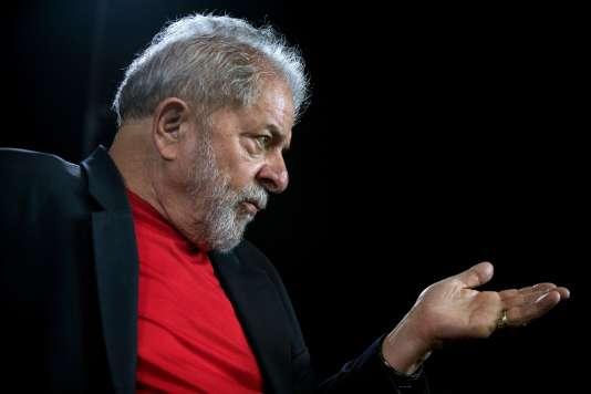 Lula s'estime victime d'un complot des élites et des médias pour l'empêcher de se présenter. « Quel est le problème de mes adversaires ? Ils savent tous que si je suis candidat, je serai certainement au second tour, ou je pourrai certainement gagner l'élection au premier tour. Donc, il n'ont pas intérêt à ce que je sois candidat », a-t-il dit.