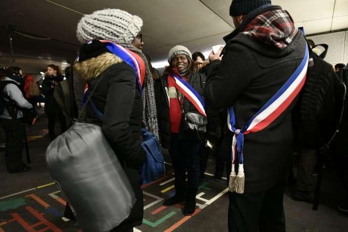 Mercredi 28 février, à Paris, plusieurs dizaines d'élus ont décidé d'aller à la rencontre de sans-abri. Certains ont même passé la nuit dehors.