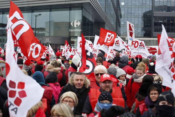 Environ un millier de salariés étaient réunis devant le siège de Carrefour, à Massy (Essonne), le 1er mars.