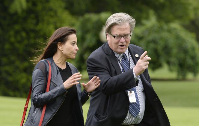 Les deux anciens conseillers de Donald Trump (et de la banque Goldman Sachs) Dina Powell et Steve Bannon, à Washington, le 13 mai 2017.