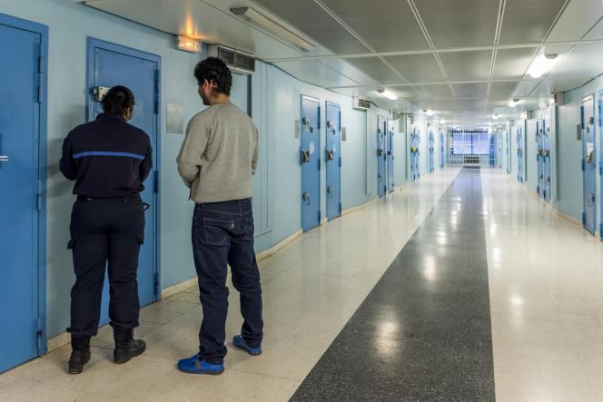 Une surveillante accompagne un nouveau détenu dans sa cellule, à la maison d'arrêt de Fleury-Mérogis, dans l'Essonne.