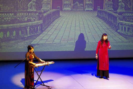 La musicienneHô Thuy Trang et la conteuse Isabelle Genlis.