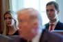 Ivanka Trump et Jared Kushner écoutent le président américain, Donald Trump, lors d'un briefing à la Maison Blanche, le 16 octobre 2017.