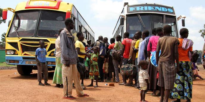 Au centre de réception de Kuluba, des réfugiés sud-soudanais s'apprêtent,le 30 juillet 2017, à monter dans un bus pour rejoindre une zone d'installation où ils pourront s'établir.