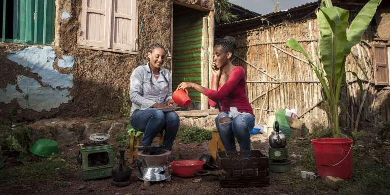 Bitania (à gauche) et Hewan dans la cour de leur logement en banlieue d'Addis-Abeba, en Ethiopie.