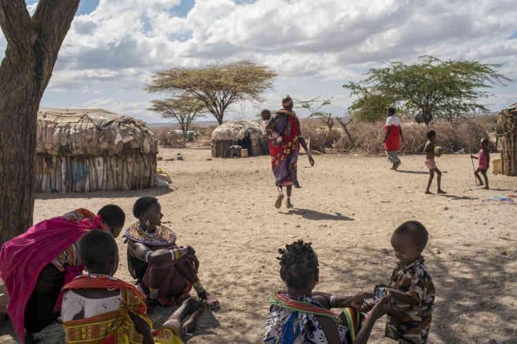 Des femmes et des enfants dans le village de Mopukori, en février 2018. Bien que la ville d'Archers Postne soit qu'à 3kilomètres, il est très difficile pour les résidentes de s'y rendre. Les commerçants les traitent avec respect car ils travaillent avec elles, mais la tension est forte avec les autres hommes.