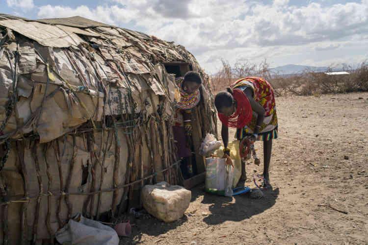 JernesaLekiloi et Nasileen Letapo rassemblent des bijoux pour les vendre aux touristes. Chaque shilling permet de lancer une petite activité, de revente ou de confection, pour rapporter à la communauté un peu plus d'argent. Un rôle traditionnellement dévolu aux hommes, que les femmes de Mokupori assument.