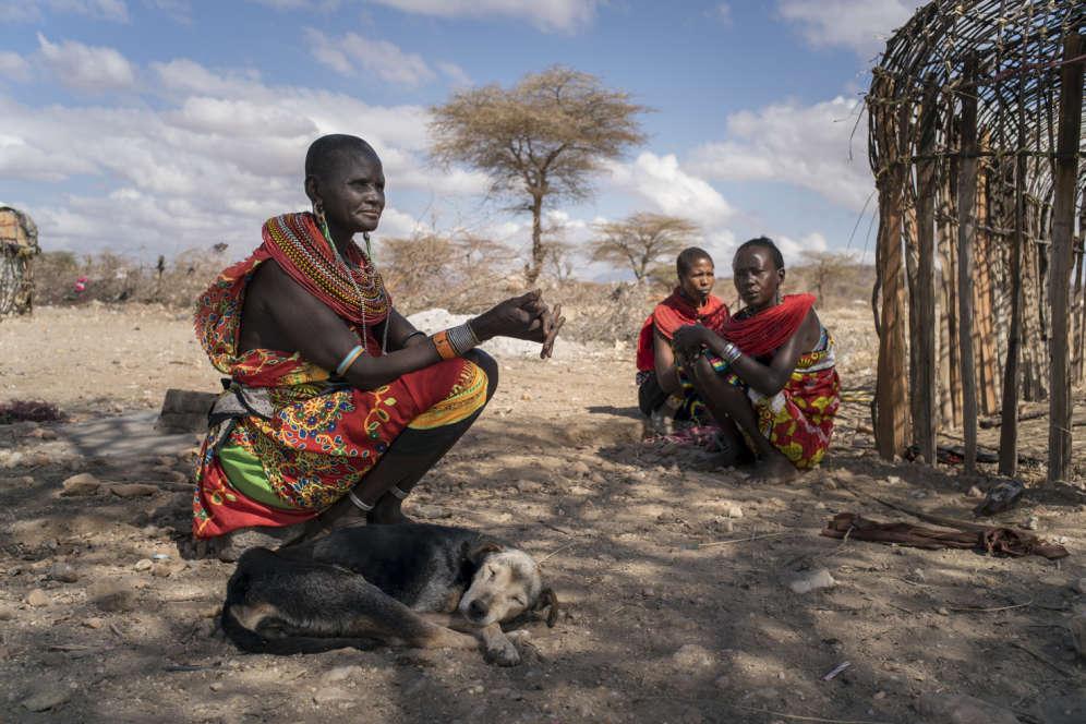 Mary Lenasio et deux résidentes travaillent à la construction d'un nouvel abri. A 52ans, Mary, mère de sept enfants, vit àMokupori depuis environ vingt ans. Parce que la communauté s'étend, elle souhaite créer un autre village de femmes le long de la rivière.