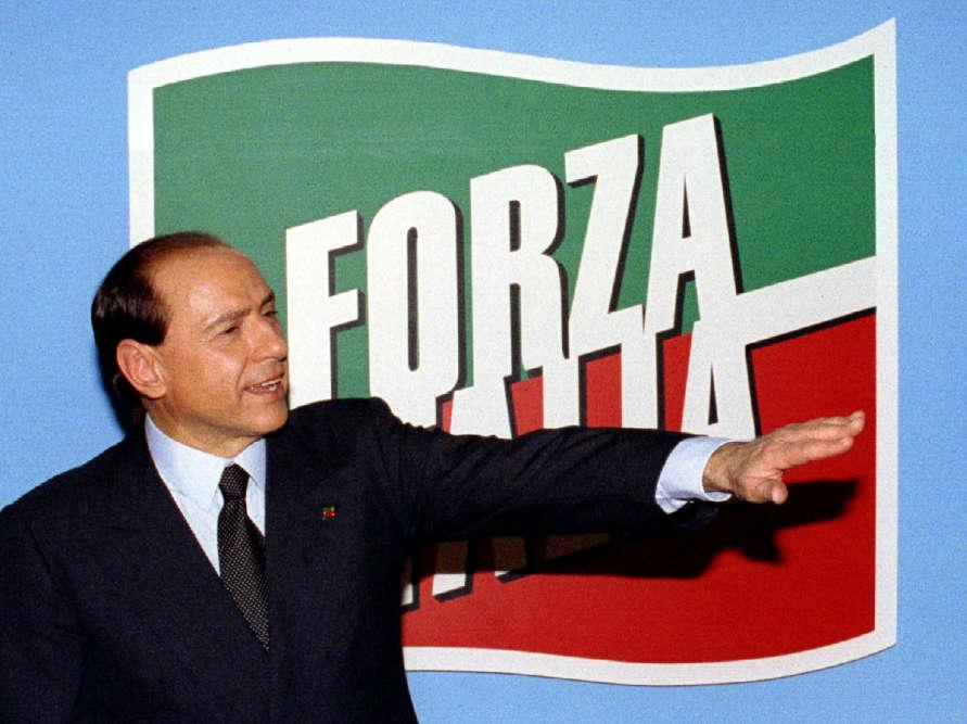 Campagne n°1:le leader de Forza Italia («allez l'Italie») lors d'un discours au siège de son parti à la suite de sondages le donnant gagnant des élections générales, le 29 mars 1994. L'entrepreneur est entré en politique à peine deux mois plus tôt, le 18 janvier 1994, avec l'annonce de la création de son parti.
