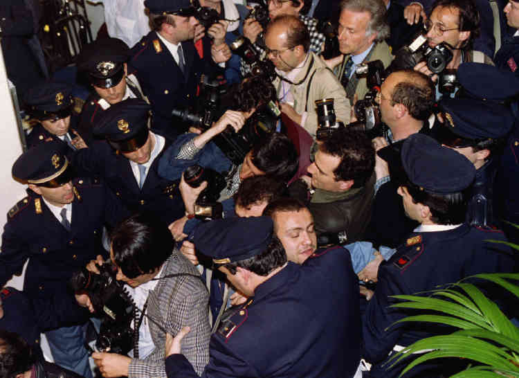 Campagne n°1: cohue des photographes de presse, au quartier général de Forza Italia, le 29 mars. Silvio Berlusconi accède ainsi à la présidence du conseil en mai 1994.