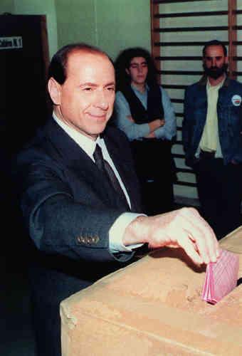 Campagne n°1 : le leader de Forza Italia vote, le 28 mars 1994, à Rome. Il est élu avec 47,4% des voix, après une campgne-éclair de deux mois.