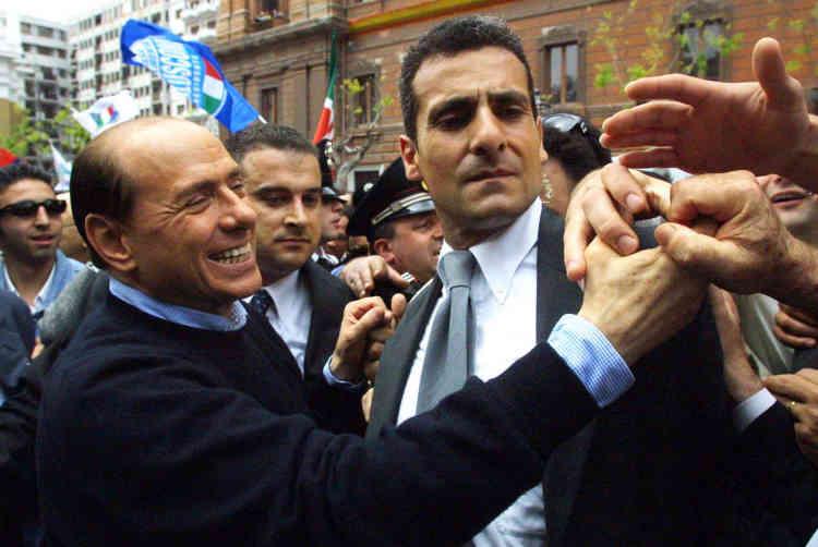 Campagne n° 3 : Silvio Berlusconi salue ses partisans dans la ville de Tarente, dans le sud de l'Italie, le 5 mai, avant les élections du 13 mai 2001.
