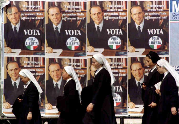 Campagne n° 2 : affiches électorales montrant le magnat des médias et ancien premier ministre Silvio Berlusconi, chef du bloc de l'Alliance de centre droit, le 18 avril, trois jours avant les élections générales. Forza Italia perd les élections derrière le Parti démocrate de la gauche.