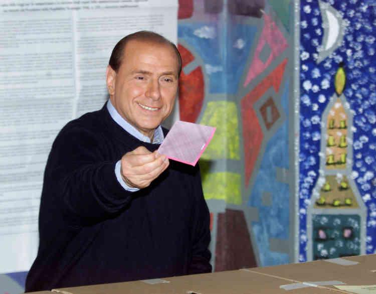 Campagne n°3 : le« Cavaliere» met son bulletin dans l'urne, le 13 mai 2001.