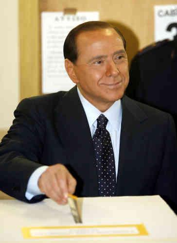 Campagne n° 4 : Silvio Berlusconi vote pour les élections générales italiennes, dimanche 9 avril 2006 à Milan.