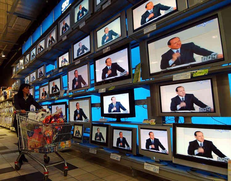 Campagne n° 4 : dans un supermarché, à Milan, le 3 avril 2006. Les télévisions diffusent le débat télévisé entre le dirigeant de la coalition de centre-gauche Romano Prodi et le candidat de centre-droit Silvio Berlusconi.