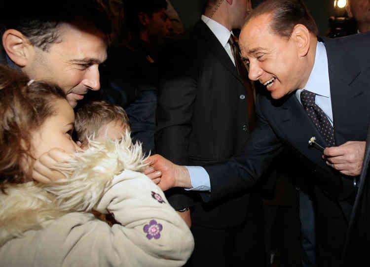 Campagne n° 5 : Silvio Berlusconi salue des enfants après avoir voté, à Milan, le 13 avril 2008. Il remporte ces élections, avec 46,81 % des voix.