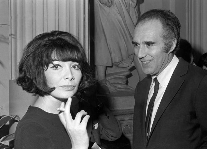L'acteur Michel Piccoli avec la chanteuse française Juliette Gréco, en mars 1967, à Paris.
