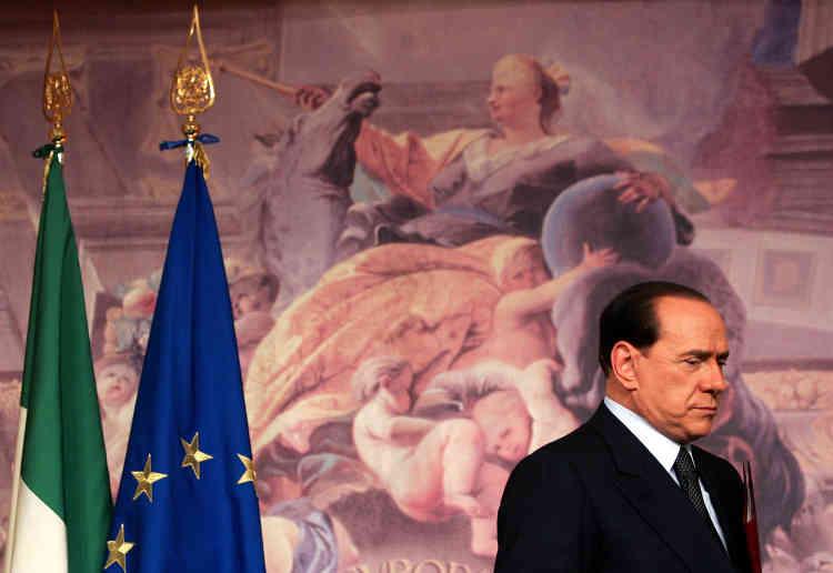Campagne n° 4 : le premier ministre italien Silvio Berlusconi quitte la conférence de presse au palais Chigi, à Rome, le 11 avril 2006. Il conteste les résultats des élections, dont il est perdant, avançant des irrégularités dans le déroulement du scrutin.