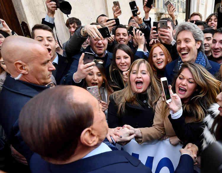 Campagne n° 6 : l'ancien premier ministre est salué par des centaines de personnes, à Rome, le 21 février 2018.