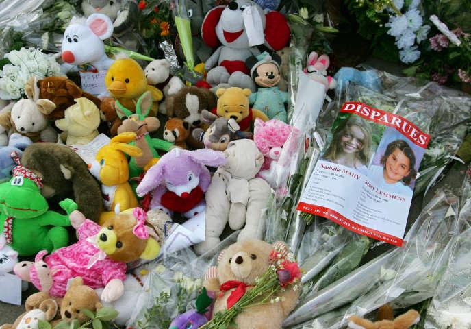 Hommage à Nathalie Mahy,10 ans et Stacy Lemmens 7 ans, victimes du pédophile Marc Dutroux, à Liège (Belgique), le 30 juin 2006.